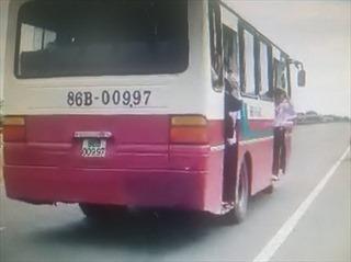 Nguy hiểm xe khách Bình Thuận đưa đón học sinh để các em đu bám cửa xe