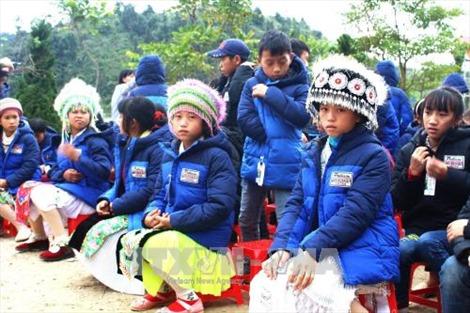 Mang hơi ấm đến với trẻ em nghèo Cao nguyên đá Đồng Văn