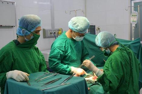 Tự ý uống thuốc lá, khối u xơ tử cung nặng 4 kg chèn ép nội tạng
