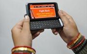 Phụ nữ Ấn Độ phòng vệ bằng smartphone