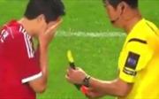 Cầu thủ phó mặc cho số phận, nhắm mắt tự chọn... thẻ phạt trên sân cỏ
