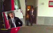 Hậu vệ Mats Hummels của Bayern Munich... hứng trọn cốc cà phê nóng