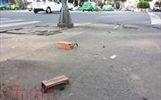 Móc sắt trên vỉa hè 'bẫy' du khách nước ngoài ngã dập mặt