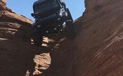 'Nín thở' xem xe jeep đi xuống dốc gần như thẳng đứng