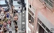 Hãi hùng bé trai 2 tuổi bị kẹt lơ lửng ở rào sắt tầng 3