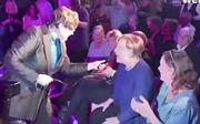 Nữ Thủ tướng Merkel thích thú hát trong sự kiện tranh cử