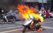 Xe Attila cháy đùng đùng tại ngã tư Ngô Quyền - Tràng Tiền