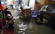 Người dân TP Hồ Chí Minh lại 'bì bõm' trong nước triều dâng cao