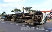 Ô tô đầu kéo mất lái lao vào dải phân cách, lật giữa đường