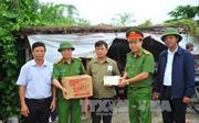 Công an tỉnh Ninh Bình tặng quà cho người dân vùng lũ