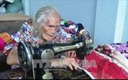 Cụ bà 93 tuổi lụi cụi may chăn tặng người nghèo