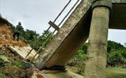 Sập cầu dân sinh sau mưa lũ, hàng trăm hộ dân Hà Tĩnh bị chia cắt