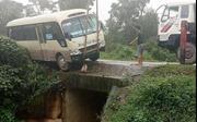 Xe khách va chạm với xe rơ moóc, 8 người bị thương