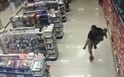 Video cảnh sát vừa bế con vừa bắn cướp