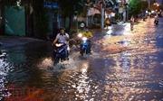 Người dân TP Hồ Chí Minh lại dầm mình trong nước triều cường
