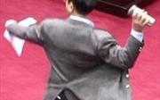 Tức tối phe đối lập, ông nghị Đài Loan thẳng tay ném bình nước trong cuộc họp