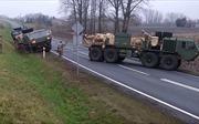 Xem xe quân sự Mỹ 'gặp hạn', loay hoay kéo nhau ra khỏi bùn đất ở Ba Lan
