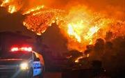 7.000 lính cứu hỏa vật lộn với cháy rừng lịch sử bang California
