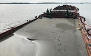 Hút trộm 2.100 m3 cát, 5 sà lan bị bắt giữ