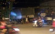 Tránh hai xe máy vượt đèn đỏ, xe tải lao tông đổ cổng chùa
