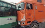 Xe container tông 4 xe ô tô trên xa lộ Hà Nội