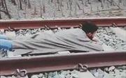 Thanh niên nằm trên đường ray 'thách thức' tàu hỏa