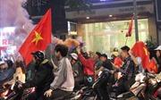 Cổ động viên đốt pháo sáng ăn mừng chiến thắng của đội tuyển U23 Việt Nam