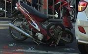 Xe máy đâm vào ô tô gặp sự cố trên đường, nam thanh niên nhập viện