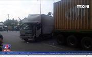 Tai nạn liên hoàn tại Bình Dương, tài xế mắc kẹt trong cabin
