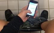 Lướt điện thoại trong nhà vệ sinh 30 phút, nam thanh niên nguy cơ liệt suốt đời