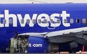 Máy bay Boeing Mỹ nổ trên không, hành khách bị hút vào lỗ thủng tử vong