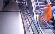 Mải chụp ảnh selfie, bà mẹ đánh rơi con nhỏ từ tầng 3 gây tử vong