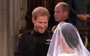 Hoàng tử Harry rưng rưng xúc động nhìn cô dâu xinh đẹp tiến vào lễ đường