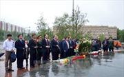 Dâng hoa tại tượng đài Bác Hồ ở Moskva