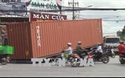 Thùng container rơi giữa đường gây hỗn loạn giao thông