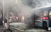 Xe buýt bất ngờ nổ giữa phố, hất văng hành khách xuống đường