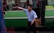 Hai xe buýt va chạm, nhân viên nói chuyện với đồng nghiệp bằng... búa