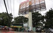 Những bảng quảng cáo khổng lồ chực chờ đè người dân ở TP Hồ Chí Minh