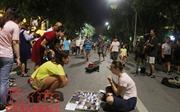 Hàng rong, hát dạo vẫn 'tung hoành' trên phố đi bộ hồ Hoàn Kiếm