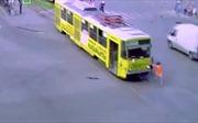 Nữ tài xế dũng cảm tay không chặn đầu xe điện mất lái