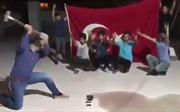 Người dân Thổ Nhĩ Kỳ đập nát iPhone, cắt vụn dollar để tẩy chay hàng Mỹ