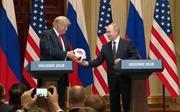 Đang họp báo, Tổng thống Putin tặng ông Trump bóng World Cup