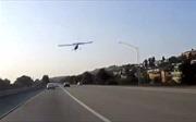 Dựng tóc gáy cảnh máy bay hạ cánh trên đường cao tốc xe cộ nườm nượp